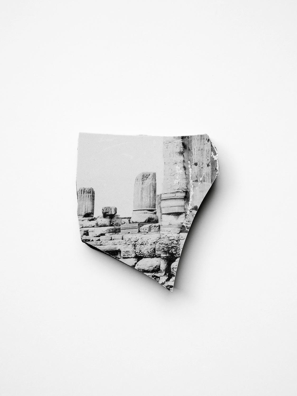 Fragment, pièces brisée, impression sur céramique, 2017 © Dune Varela
