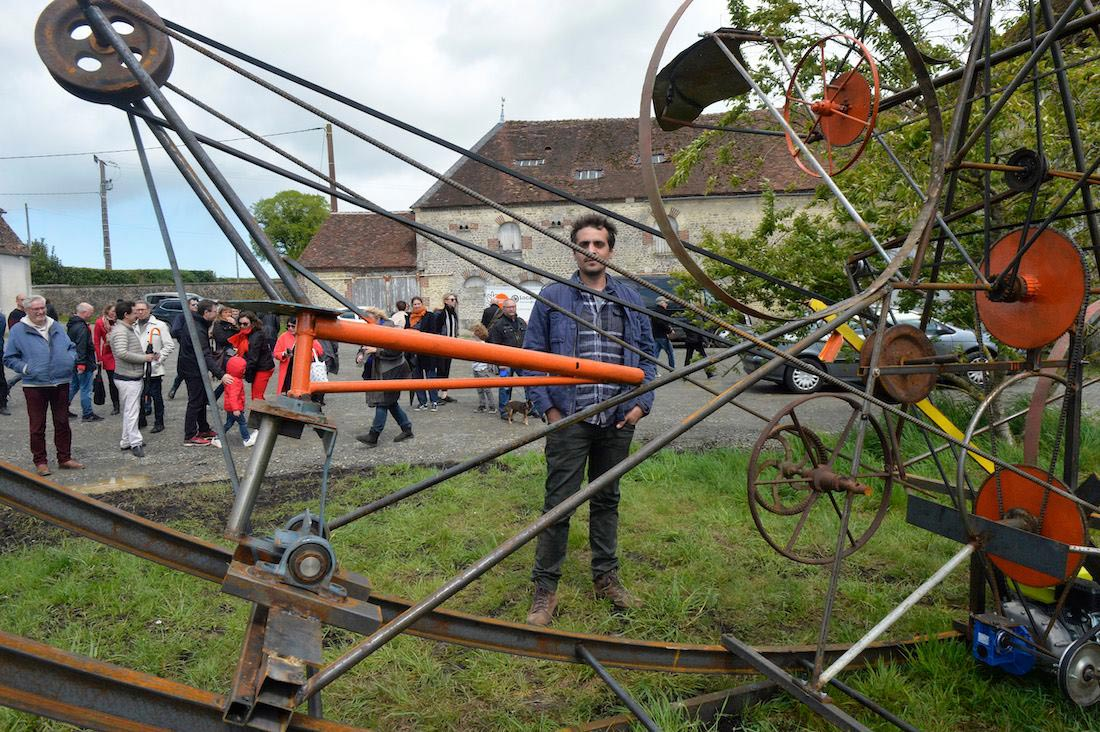 Loïc Pantaly et son oeuvre monumentale au Moulin Blanchard ©Olivier Steigel