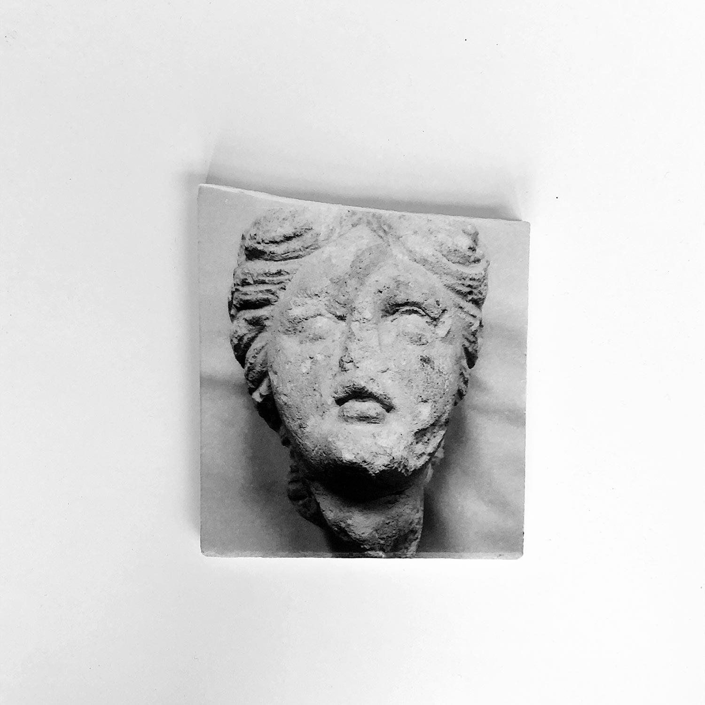 Visage, impression photographique sur marbre, 2019© Dune Varela / Le Champ des Impossibles